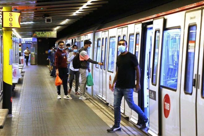 Usuarios con mascarilla en la red del Metro de Barcelona.