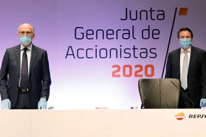 El presidente de Repsol, Antonio Brufau (izquierda), y el consejero...