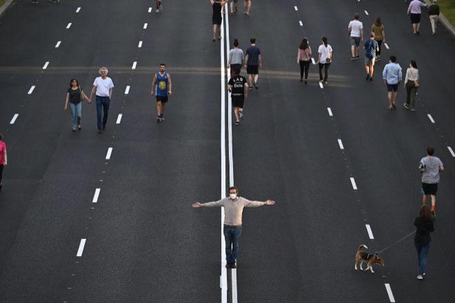 Ciudadanos paseando por el Paseo de la Castellana de Madrid.