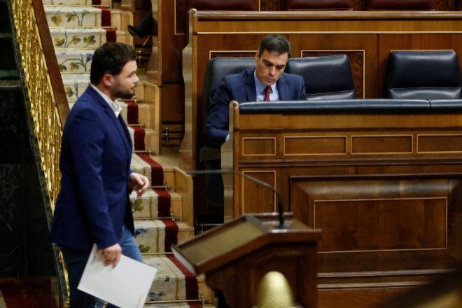 El portavoz de ERC en el Congreso, Gabriel Rufián, pasa junto al presidente del Gobierno, Pedro Sánchez.