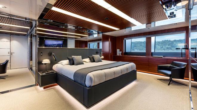Cuenta con cinco habitaciones, entre ellas esta suite de la cubierta principal con paneles de caoba.