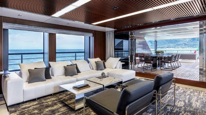 El propietario invirtió seis millones de euros en customizar la nave a su gusto, incluida la decoración interior como en este salón.