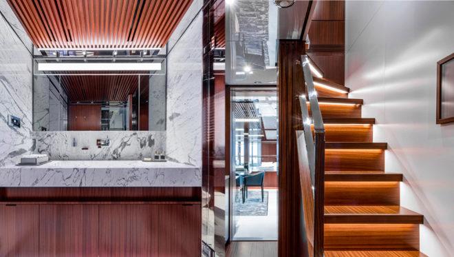 Los interiores son de lujo: a la izquierda, el baño de mármol; a la derecha, la escalera interior que comunica los pisos.