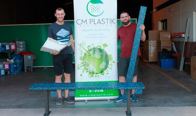 Manuel Sanz y Carlos Martínez, fundadores del proyecto, junto a un banco fabricado con residuos náuticos.