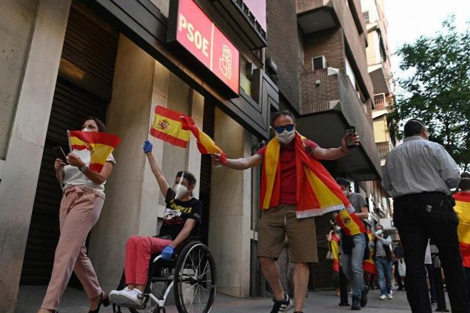 Una protesta en contra el Gobierno, ante la sede del PSOE en la calle Ferraz.