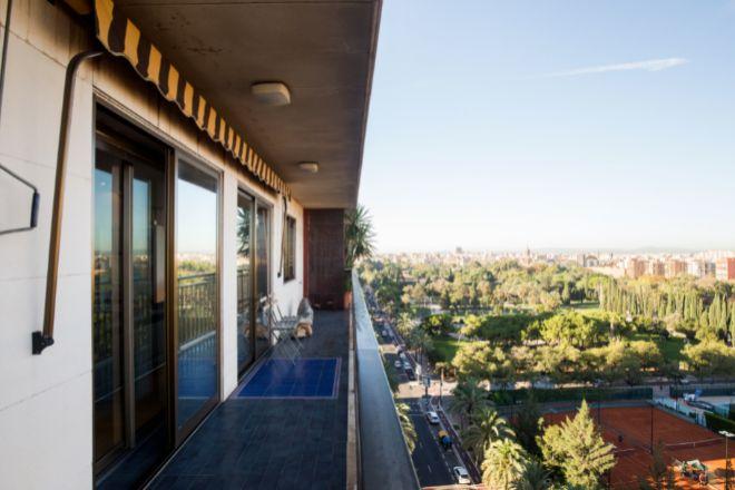Este piso se ubica en el barrio de Pla del Real, en el centro de <strong>Valencia</strong>, y goza de amplios espacios y luminosidad. Reformado en 2012, la propiedad, con una superficie de 166 metros cuadrados, tiene tres dormitorios y tres cuartos de baño. Está situada en un décimo piso, por lo que goza de unas magníficas vistas de los Jardines del Real. Está a la venta por Engel & Völkers por un precio de <strong>590.000 euros</strong>.