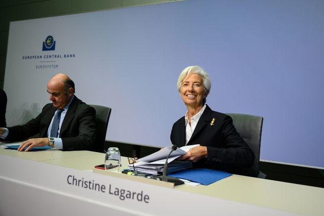 Christine Lagarde, la presidenta del Banco Central Europeo (BCE) junto...