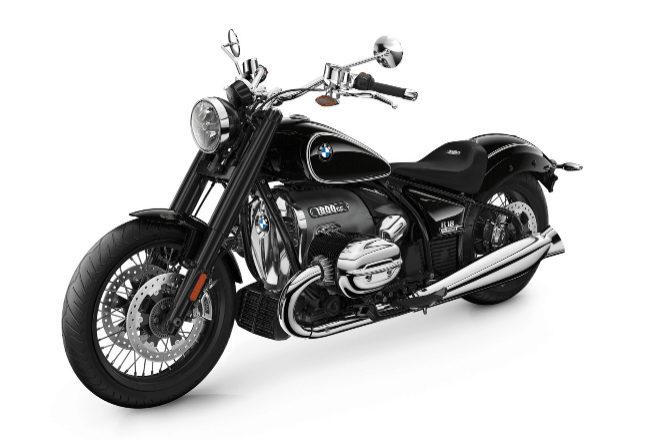 <strong>BMW R18</strong> La marca bávara conmemora los 100 años del nacimiento de su legendario motor bóxer con el lanzamiento de esta nueva BMW R18 con nostálgica referencia estética de su modelo R5 de 1936. El motor bóxer refrigerado por aire que monta es el más grande de la marca hasta la fecha con 1.802 cc y que desarrolla una potencia máxima de 91 CV a 4.750 rpm y un par máximo que supera los 150 Nm. Su precio parte de los  24.590 euros.
