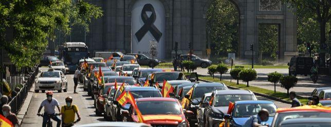 Centenares de manifestantes secundan desde sus vehículos la marcha de Vox en Madrid