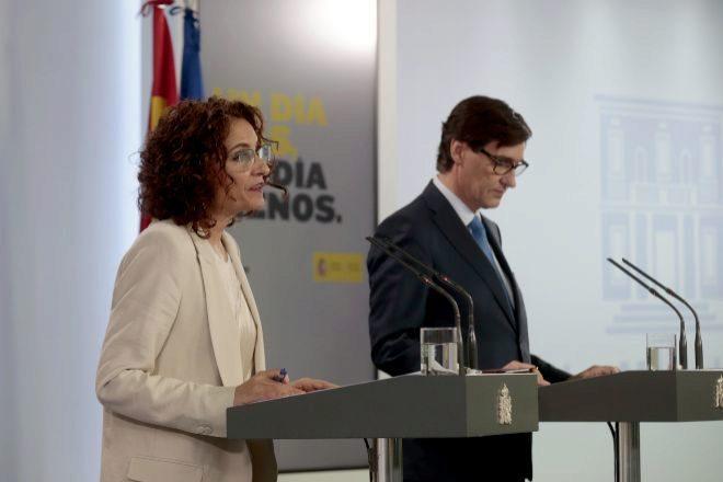 El ministro de Sanidad, Salvador Illa, y la portavoz del Gobierno y ministra de Hacienda, María Jesús Montero.