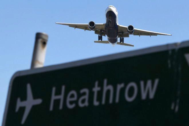 Un avión sobrevuela un cartel mientras se prepara para aterrizar en el Aeropuerto de Heathrow, en Hounslow (Reino Unido).