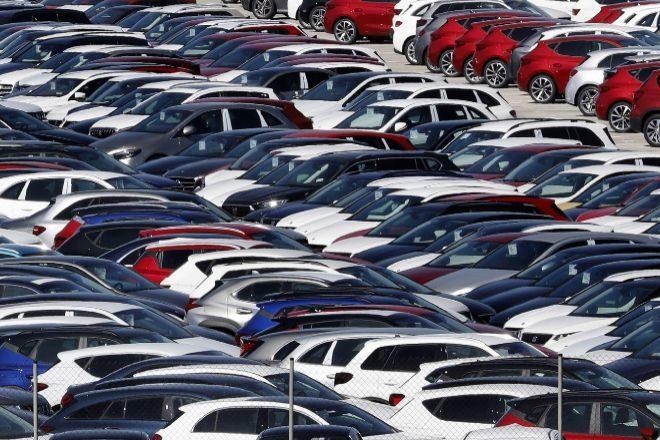 Cientos de vehículos nuevos de diferentes fabricantes almacenados a la espera de ser trasladados.
