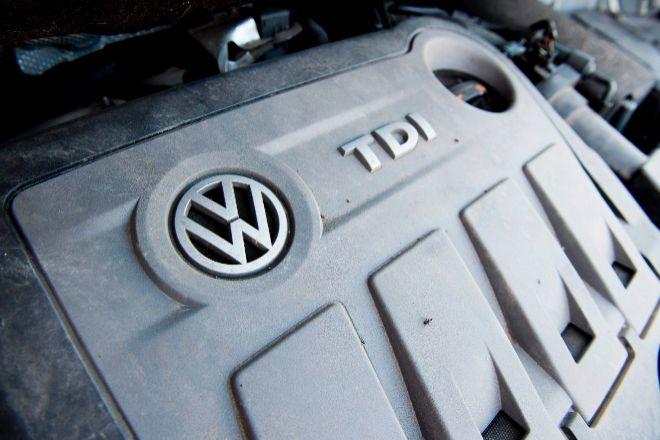 Logo de Volkswagen en un motor diésel.