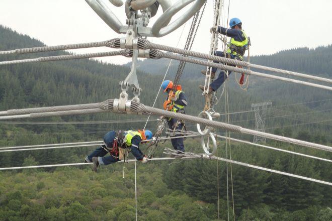 Técnicos de Elecnor en una torreta de alta tensión.
