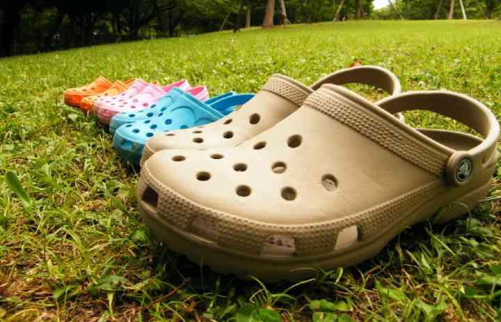 Crocs, los zapatos de plástico para andar más cómodos en verano