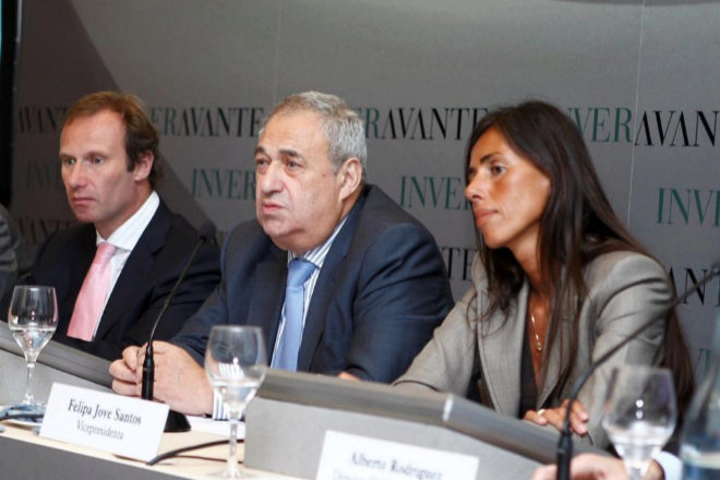 Manuel Jove (en el centro) junto con sus hijos Manuel Ángel y Felipa.