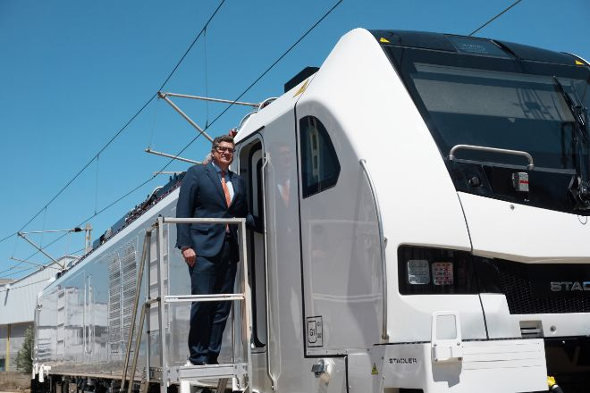 Íñigo Parra, presidente de Stadler Rail Valencia, en una locomotora EuroDual