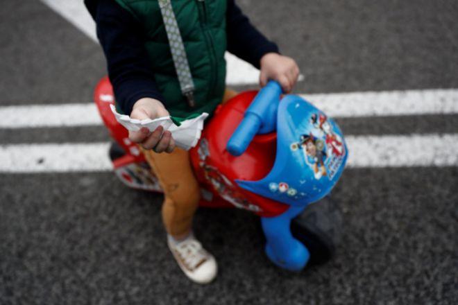 Un niño de paseo en Madrid.