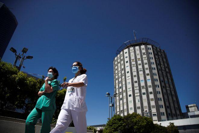 Sanitarios frente al Hospital Universitario de La Paz de Madrid.