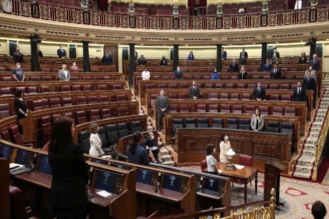 Minuto de silencio en recuerdo a las víctimas del Covid-19 en el pleno de sesión de control al Gobierno.