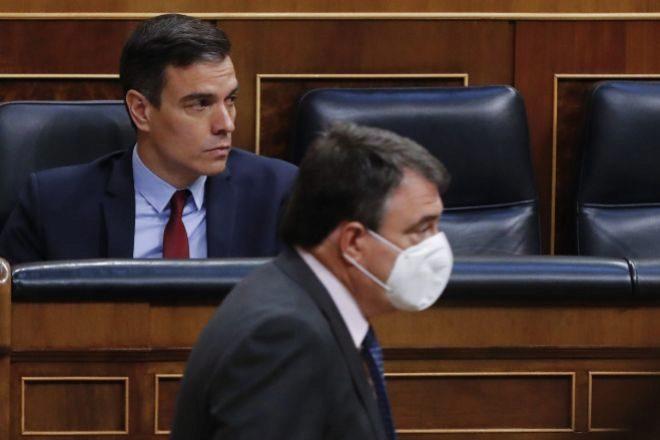 El presidente del Gobierno, Pedro Sánchez, la semana pasada en el Congreso y ante él, Aitor Esteban, del PNV.
