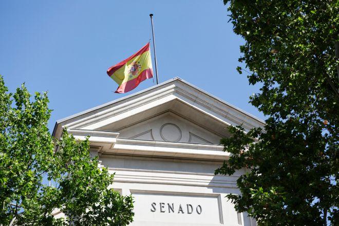 Bandera de España a media asta en el Senado. Todas las banderas de los edificios públicos y de los buques de la armada ondearán a media asta en recuerdo a las víctimas del coronavirus. España ha entrado este miércoles en el periodo de luto oficial más largo de la historia del país como homenaje a las víctimas mortales del Covid-19.