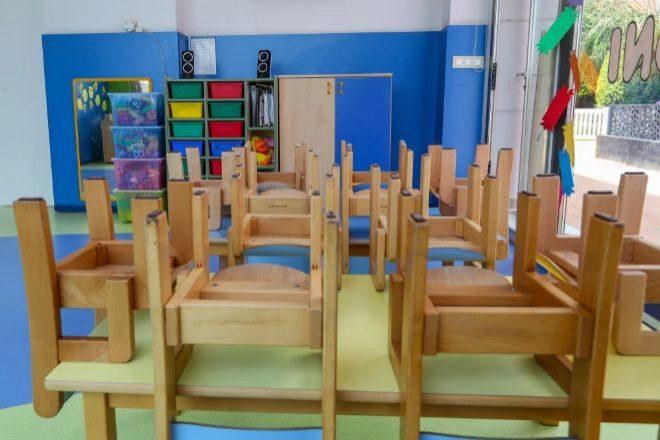 Mesas y sillas recogidas en un lt;HIT gt;aula lt;/HIT gt; del Centro de Educación Infantil La Gacela, cerrada durante la fase 1 de la desescalada en Valencia.