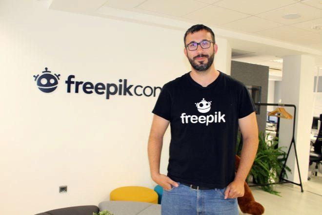 El CEO de Freepik, Alejandro Sánchez Blanes, en la sede de la...