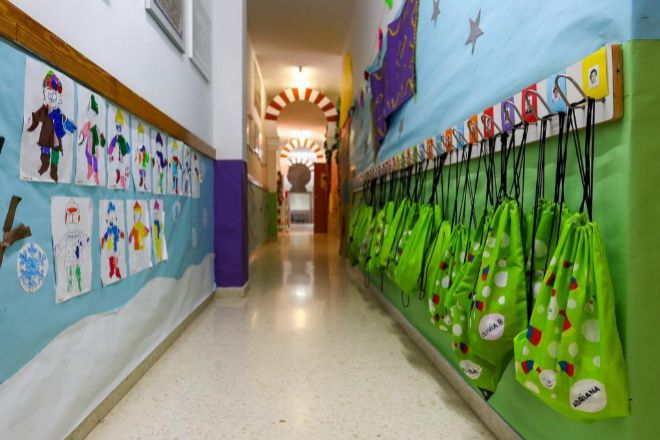 Pasillo con dibujos y mochilas colgadas del Centro de Educación La Gacela, cerrada durante la fase 1 de la desescalada en Valencia.
