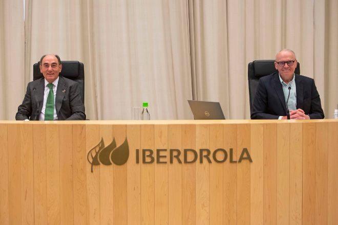 Ignacio Sánchez Galán y Julián Martínez Simancas en la junta...