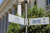 Señal de la Bolsa de Madrid frente a la fachada del edificio.