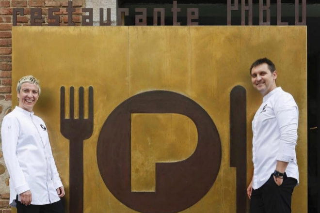 """Yolanda Rojo y Juanjo Losada, artífices del restaurante Pablo en León, cocinan """"las reuniones"""" en casa de sus clientes."""