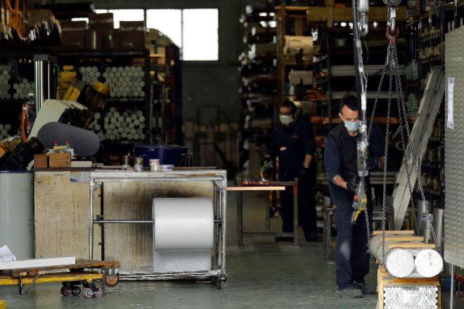 Trabajadores en una industria valenciana.