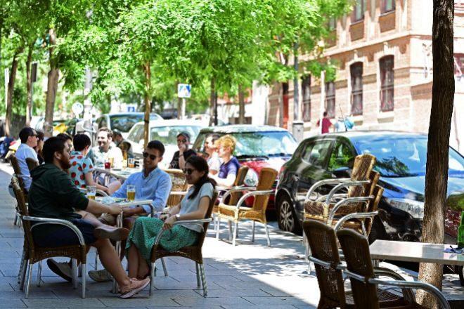 Terraza con gente en el madrileño barrio de Lavapies, el pasado sábado.