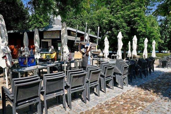 Camarero preparando las mesas y sillas de su terraza tras entrar Madrid en la fase 1.