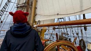 Cri, al timón del Bark Europa. | M. INTXAUSTEGI