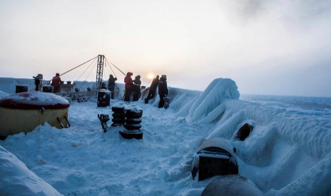 Miembros de la expedición observan la llegada del Admiral Makarov. | MANUEL ERNST