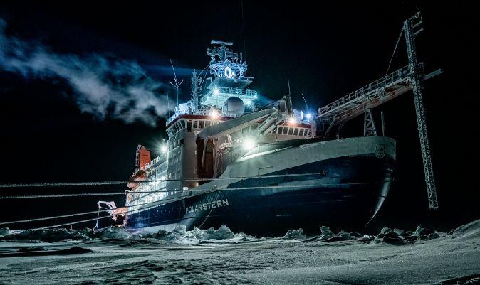 El buque, durante una noche polar. | LUKAS PIOTROWSKI / AFP