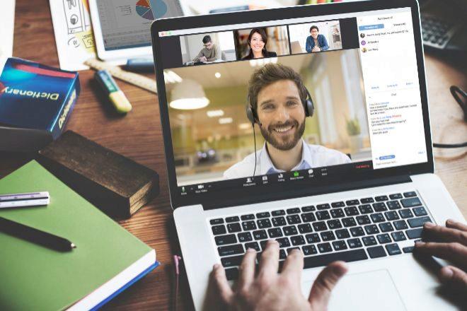 Una videoconferencia a través de Zoom.