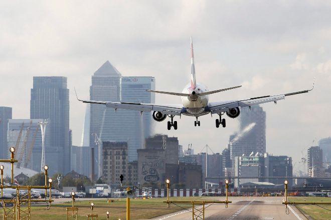 Avión aterrizando en el aeropuerto de London City.