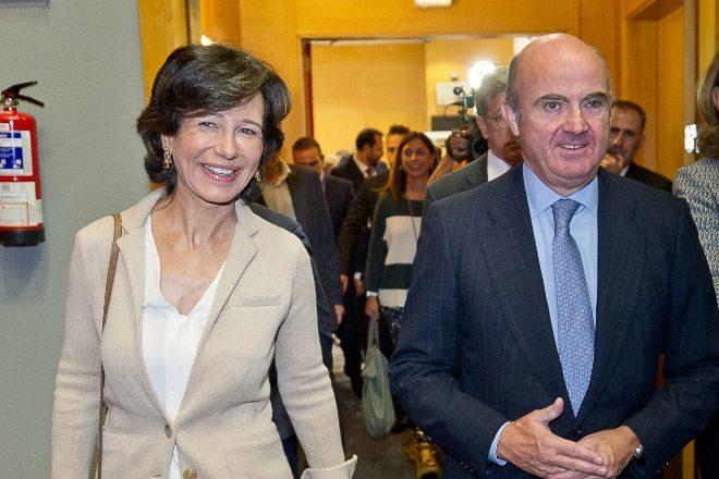 Foto de archivo de Ana Botín, presidenta de Santander, junto con Luis...