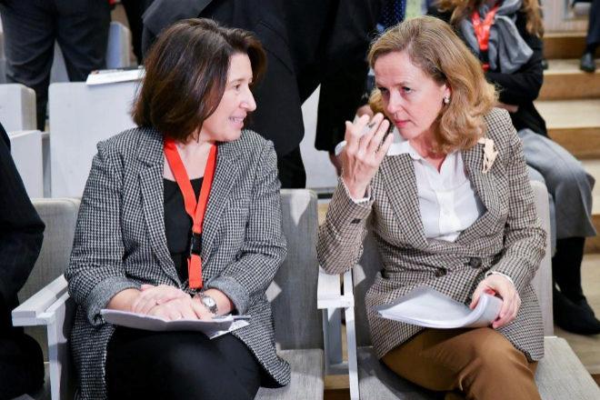 La presidenta de Multinacionales por la Marca España, Beatriz Blasco, con Nadia Calviño, vicepresidenta económica del Gobierno.