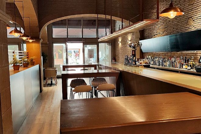 Ajonegro, en Logroño, ha anulado la barra pegando en perpendicular mesas altas (en la imagen) para ganar plazas del restaurante.