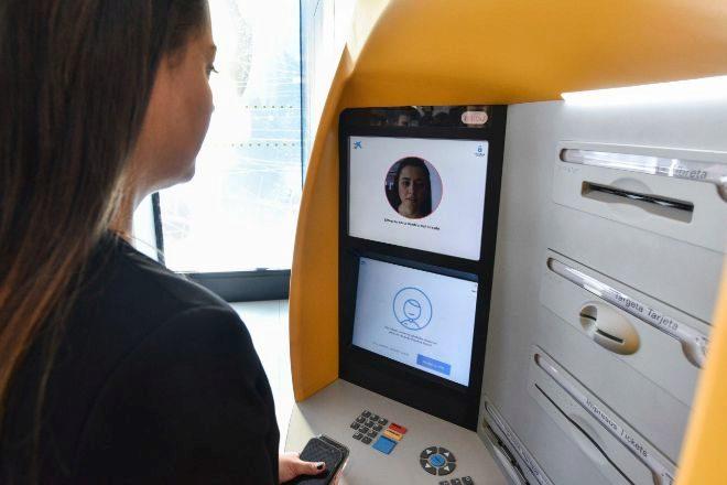 CaixaBank multiplica los cajeros que reconocen las caras