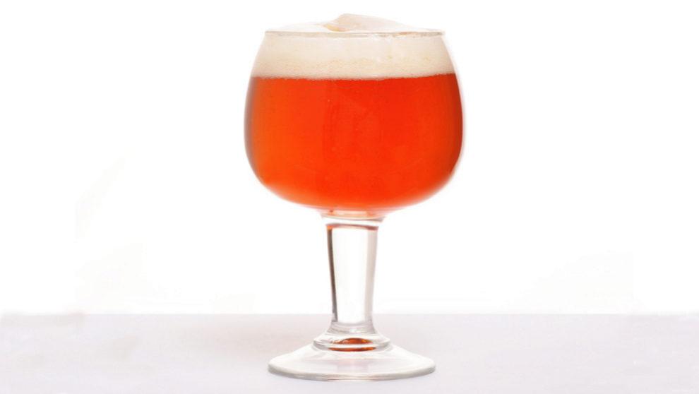 Aspecto de la cerveza, de color ámbar y cuerpo medio, cuya espuma es compacta y duradera.J.M.P.