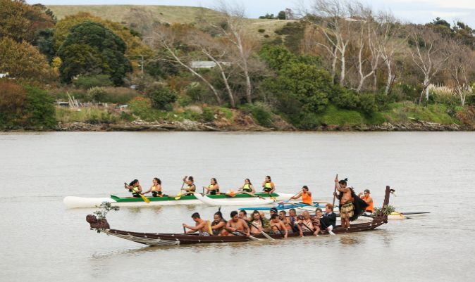 El príncipe Harry, en una waka tradicional, remando en el río. | HAGEN HOPKINS