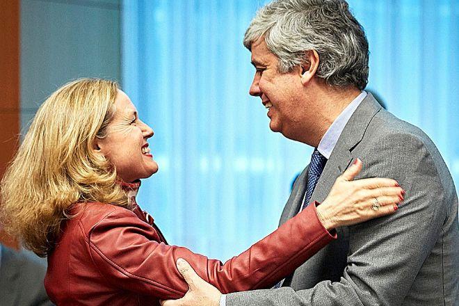 La ministra de Economía, Nadia Calviño, saluda al todavía...