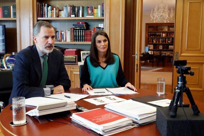 Los reyes de España, Felipe VI y Leticia Ortiz hablan con los directivos de El Corte Inglés por videoconferencia.