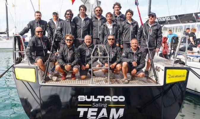 Donés, primero por la izquierda en la fila superior, junto a la tripulación del Bultaco de Andrés Varela. | BULTACO SAILING TEAM
