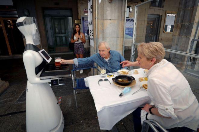 -FOTODELDÍA- PAMPLONA, 31/05/2020.- El lt;HIT gt;robot lt;/HIT gt; Alexia, de 1,60 metros y 80 kilos, se dispone a servir una consumición en la terraza de un bar de la Plaza del Castillo de Pamplona con el objetivo de ayudar a los camareros a la hora de repartir los pedidos que, debido a la crisis sanitaria del coronavirus, se ha encontrado en este androide un ayudante que no se contagie ni tampoco transmita el virus al cliente. EFE/Villar López